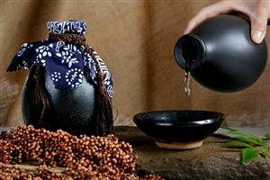 人生中,我们既需要这一杯茶,五泡五品,把目光放远,看到历史和人生的长河;又需要这一瓢可以慰风尘的酒,