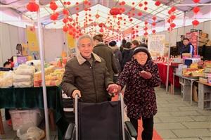 百岁老人有孝子,细心善养感动人。