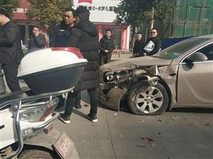 澳门威尼斯人娱乐场网址黄国路发生一起交通事故,后车轱辘都撞爆了!