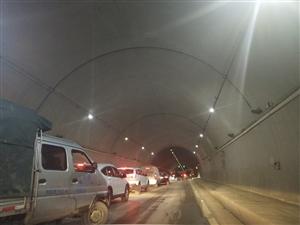 通知:五桥桥头隧道交通堵塞,请过往车辆绕道而行!