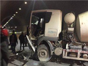 听现场目击者透露,五桥隧道内一小轿车掉头导致水泥罐车撞墙,没有人员受伤