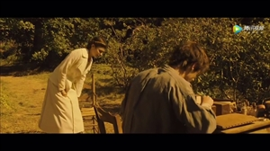 今夜电影《漫长的婚约》。讲述一战时,五个厌战的法国士兵因为自残,被军事法院判了死刑,流放到德法两军交