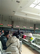 蚌埠火车站候车大厅等候的旅客