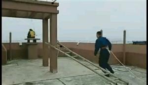 望江县紫金花园楼上一小伙跳楼未遂