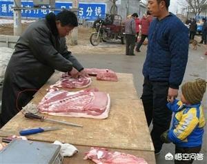 为什么农村集镇上的肉贩子,为什么经常拿一块布在猪肉上擦一擦?
