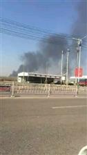 博昌农贸市场上方冒出一大堆黑烟,这是哪里失火了?