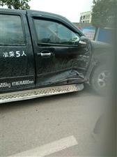 太平工业园区两车相撞后座一人鼻子流血,车头基本报废。