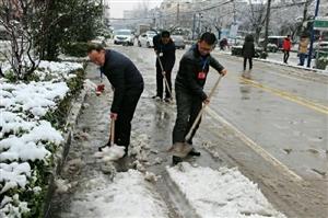 为了应对极端天气,涡阳县卫计委及时召开会议进行安排部署,成立了应急队,排好了值班表,队长由卫计委党组
