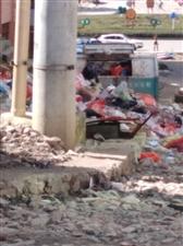 三台山农贸市场门口,垃圾腐臭,臭气熏天,给老百姓生活带来影响,实在难闻,望有关部门给予重视