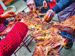 昨天下午去嗨皮了一下,烤羊肉,巴适!
