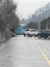 冰雨过后路面湿滑山阳至银花一班车滑入水沟