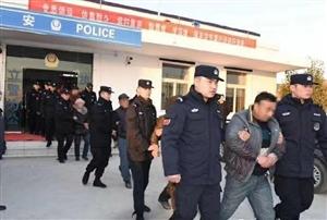 萧县警方捣毁多处售假酒窝点,抓获涉案嫌疑人15名;缴获假冒品牌白酒1800余箱、散装白酒80余桶(5