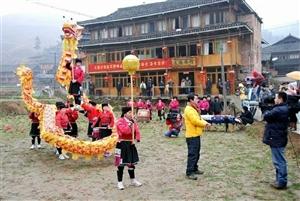 央视直播2012龙胜瑶族大寨村女舞手舞龙、民族表演。龙脊梯田经典景点一一七星伴月