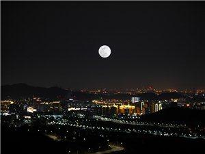 """北京:""""超级月亮""""高悬永定楼"""