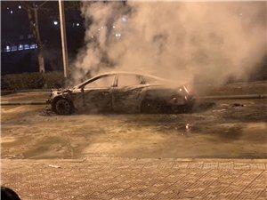 小轿车被烟花烧着了