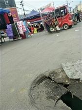 开发区菜市场正中间有一下水道盖破裂,即将塌陷,下面有2米多深,过往行人车辆特别多,,希望有人修善,,