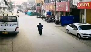 【老人突然摔倒民警暖心救助】近日,@蚌埠市固镇县城关派出所接到报警称有老人摔倒!民警立即赶赴现场
