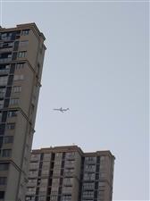 飞机从天上掠过