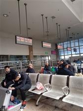 周六蚌埠火车站坐火车的乘客挺多的