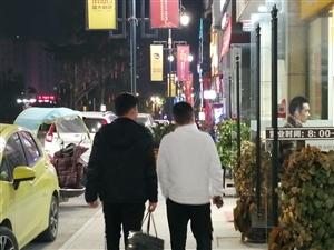 第一次晚上去逛方圆荟,这条街人还是挺多挺热闹的。
