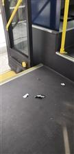 公交车成了看孩子的工具,弄得车上全是垃圾