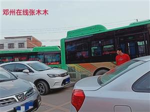 刚?#29275;?#21313;一小?#25151;?#21516;时发生两起公交车与汽车的碰撞!