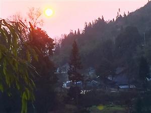 """阳光?#25214;?#19979;的小山坡:?#21543;?#31859;湖""""风景不错!"""