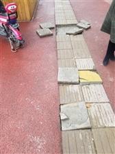 建设路新铺的盲道,大多数都是松动的,市政建设还是得注重工程质量!