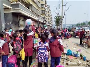 幸福路小学门口上下学摆地摊卖小玩具