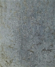 城关街道赵湾村王庄,屹立着一座民国时期的古碑,上面记录了当时村民为抗击土匪,英勇捐躯的故事!