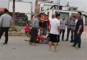 寻乌南桥青龙路口发生车祸,看视频有人受伤!