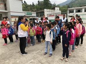2019年4月18日邻水万汇国际携手邻水义工走进坛同新拱桥小学,为留守儿童们送去书包,铅笔,