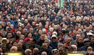 专家建议:取消农村养老保险,更改为城市退休金制度!几千年来,中国农民似乎是一