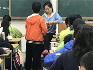 金沙平台网址女教师遇车祸致骨裂,次日拄双拐上课:孩子们的课程不能落下
