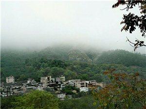 雨雾中的美丽乡村