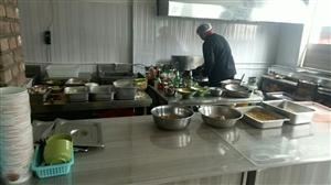 井店社区建立便民美食街食堂厨房内干净整洁,物品摆放有序该食堂开设了早、中、晚三餐供应,美食多种花