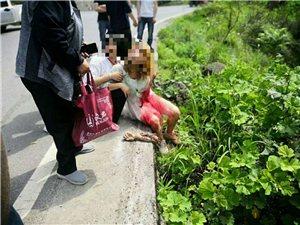惨,双河下土坎路口翻车,一年轻女孩手都摔断了。