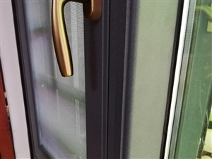 本厂最新款108/120系列隔热断桥窗,窗扇完全与框齐平,纱扇还可以做成推拉;可以防止被锐角刮伤,