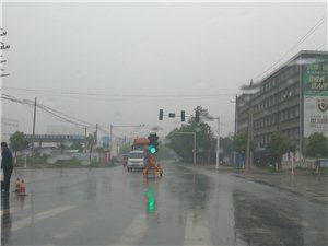 快看!潢川中轴大道华英大道交叉口正在装红绿灯啦,出行再也不用担心...