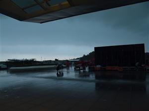 #广东一天发54条预警#每个人的生活都不易橙色暴雨都顶硬上