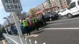 南马路交通岗,挺宽的马路,两个私家车把三轮车夹中间了