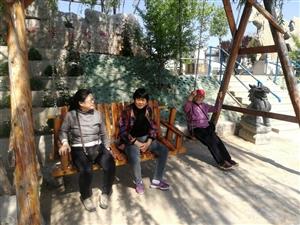 周恩来纪念园(滨州)五一节,游客大增,儿童们在黄河边玩沙嬉水,老年人漫步纪念碑前,听取志愿者讲述周恩