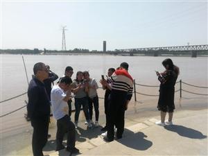 山西临汾的朋友,天津的朋友们,在周恩来纪念园(滨州)参观游览瞻仰活动,近日游园的群众大增,黄河边上玩