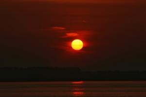 太阳出来咯,江边走俩步……