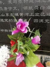 又有不知姓名的滨州市民,为周恩来总理骨灰撒放地纪念碑,敬献了鲜花。