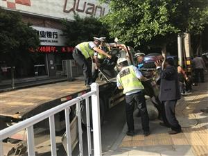 盐亭交警对廊桥下乱停放车辆拖移