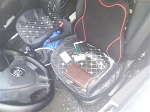 砸车偷钱的可恨,提醒广大网友车里一定不要放贵重物品!