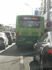7路公交��占右�D�道。阻�K救�o�通行