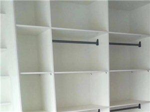 现场制作的家具好处就是你可以监工,真材实料不参假。下面是威尼斯水城现场制作的家具