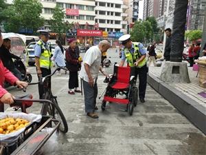 老人轮椅出问题,交警热心来帮忙